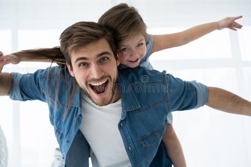 любить семьи счастливый Будьте отцом и его девушка ребенка дочери играя совместно Концепция дня ` s отца стоковые изображения