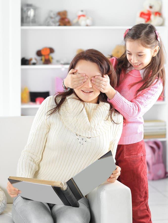 любить семьи счастливый Молодая мать и ее девушка дочери играют в комнате детей стоковые фото