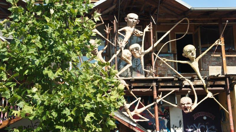 Любляна, Словения - 07/19/2015 - взгляд известной скульптуры в Metelkova в центре города, художественном автономном районе с покр стоковые фото