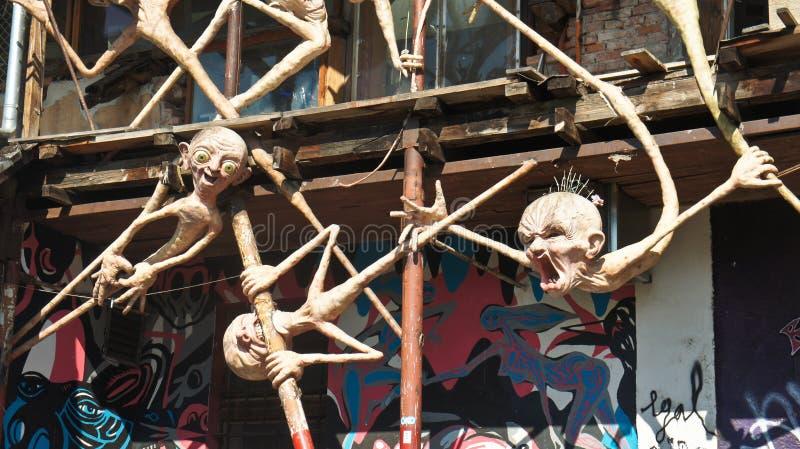 Любляна, Словения - 07/19/2015 - взгляд известной скульптуры в Metelkova в центре города, художественном автономном районе с покр стоковая фотография rf