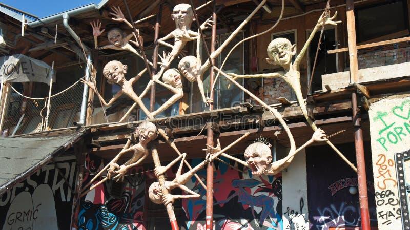 Любляна, Словения - 07/19/2015 - взгляд скульптуры в Metelkova в центре города, художественном автономном районе с покрашенный стоковое изображение rf