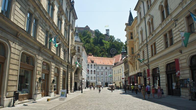Любляна, Словения - 07/19/2015 - взгляд улицы в старом замке на горе, солнечном дне городка и Любляны стоковые изображения