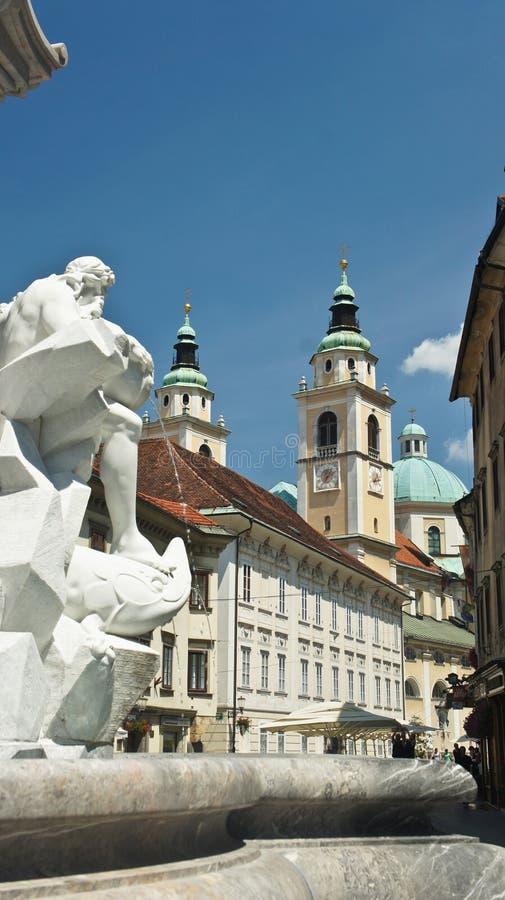 Любляна, Словения - 07/17/2015 - красивые фонтан Robba и собор Любляны, солнечный день стоковое фото