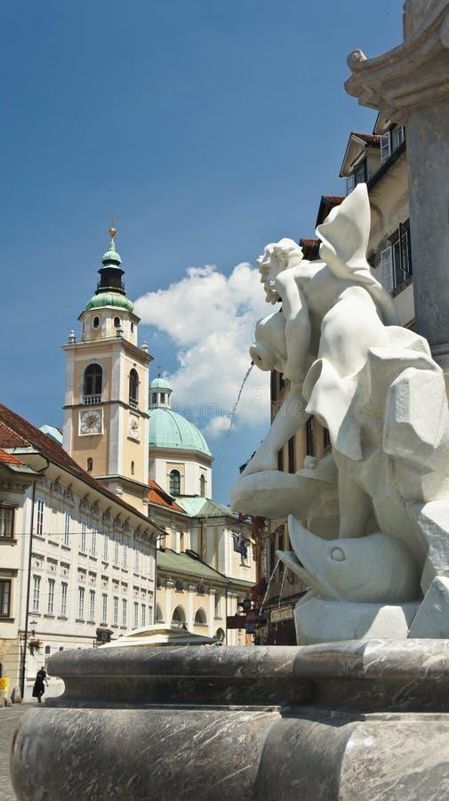 Любляна, Словения - 07/17/2015 - фонтан Robba и собор в центре города, солнечный день Любляны стоковые изображения rf