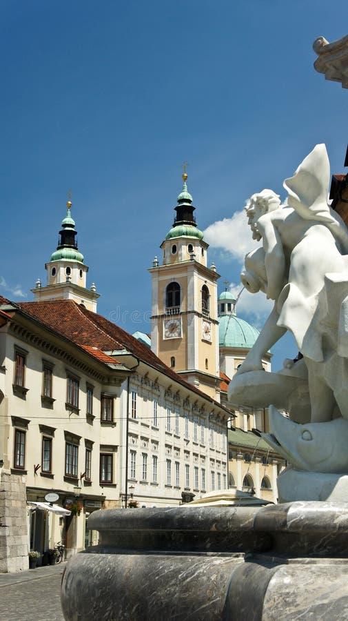 Любляна, Словения - 07/19/2015 - часть фонтана Robba и собора Любляны, солнечного дня стоковая фотография