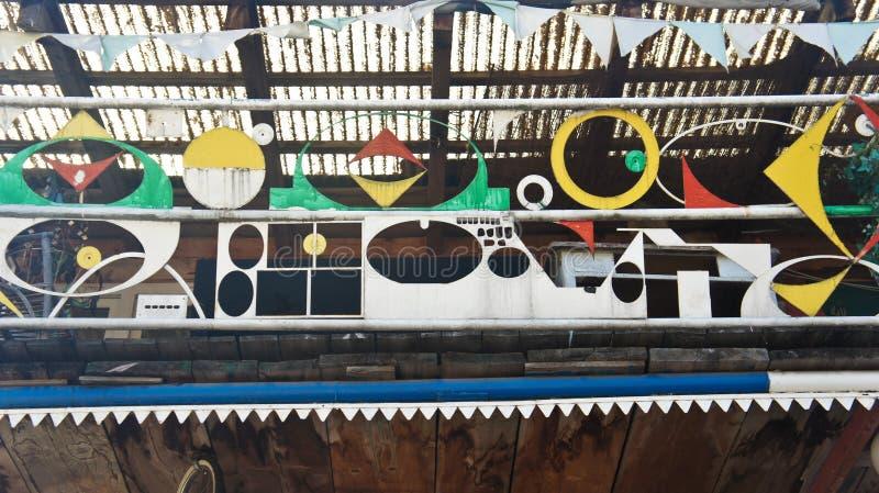 Любляна, Словения - 07/19/2015 - объект искусства в Metelkova, художественном районе с покрашенными зданиями, graffitti, скульпту стоковые изображения