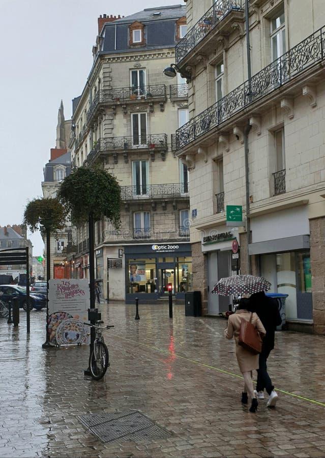 Любя пары под зонтиком на дождливый день в Нанте, Франции стоковые фотографии rf
