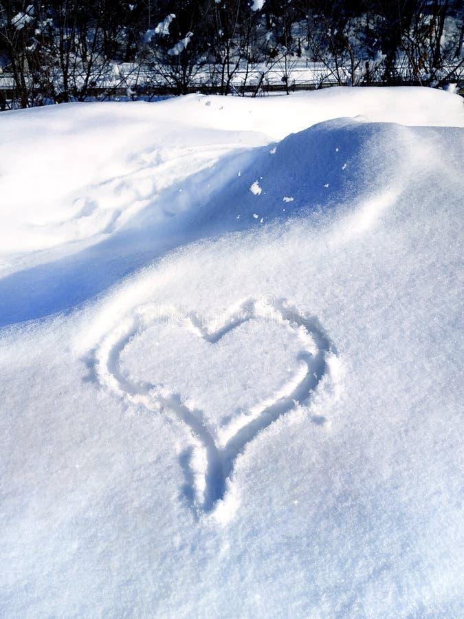 Любовь надписи в предпосылке снега- первоначальной для карт, приглашений, поздравлений на день Валентайн, 14-ое февраля стоковые фотографии rf