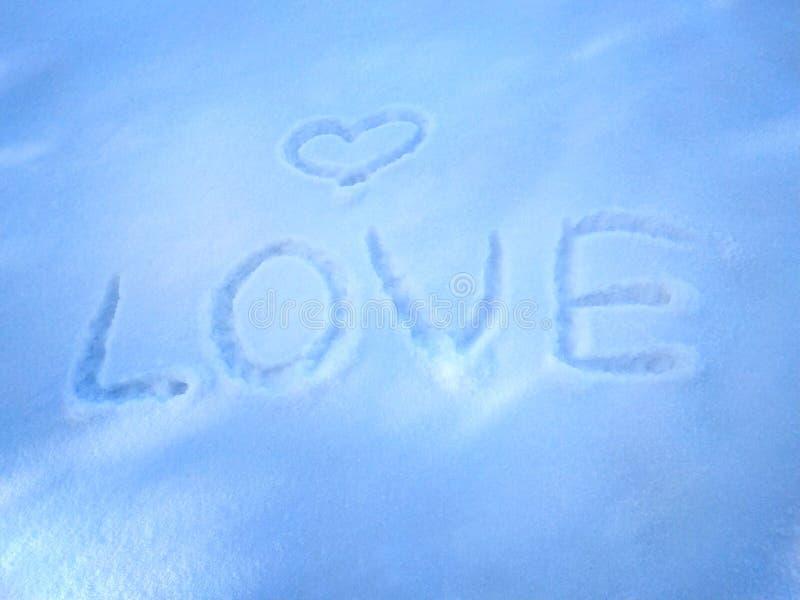Любовь надписи в предпосылке снега- первоначальной для карт, приглашений, поздравлений на день Валентайн, 14-ое февраля стоковые фото
