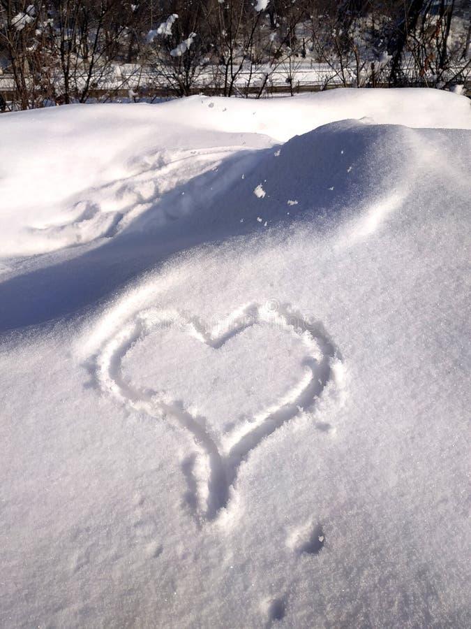 Любовь надписи в предпосылке снега- первоначальной для карт, приглашений, поздравлений на день Валентайн, 14-ое февраля стоковое фото rf