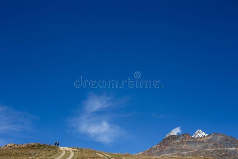2 люд идя вверх по горной тропе стоковое фото rf