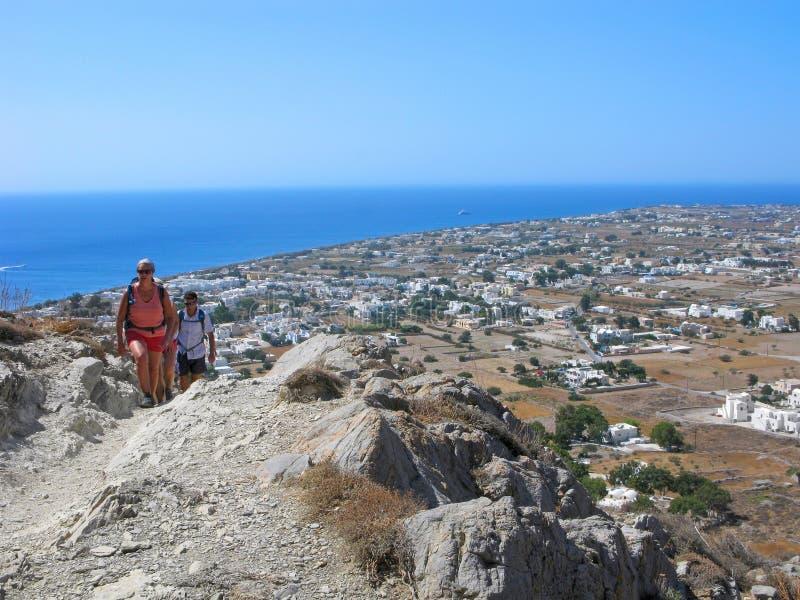 Люди, в горах, Santorini, Греция, панорамный вид стоковые изображения