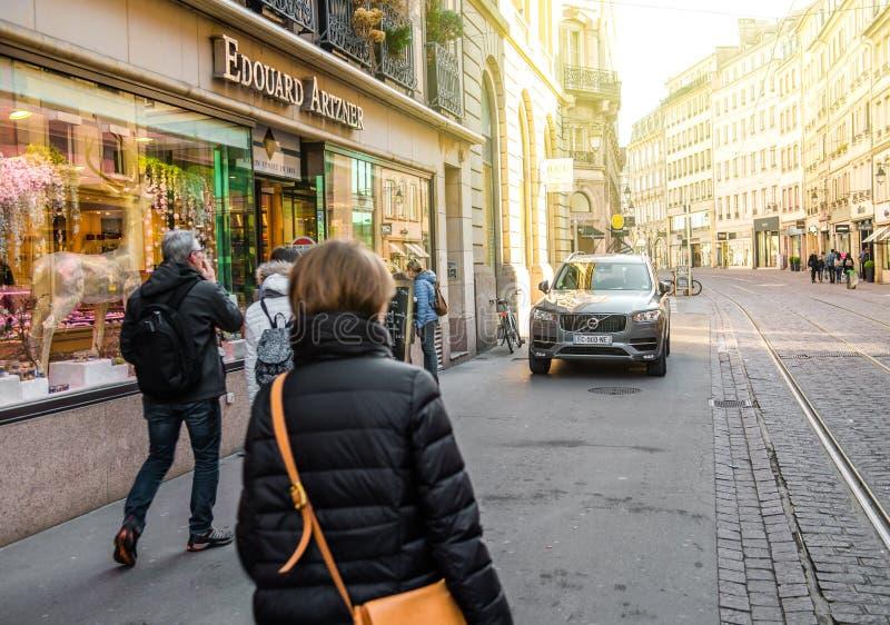 Люди в центральном страсбурге в утре стоковое изображение