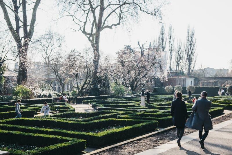 Люди идя внутри парка Голландии, Лондона, Великобритании, на солнечный весенний день стоковое изображение