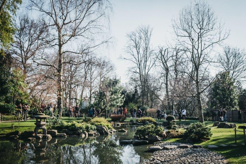 Люди идя внутри сада Киото в парке Голландии, Лондоне, Великобритании, на солнечный весенний день стоковое изображение rf