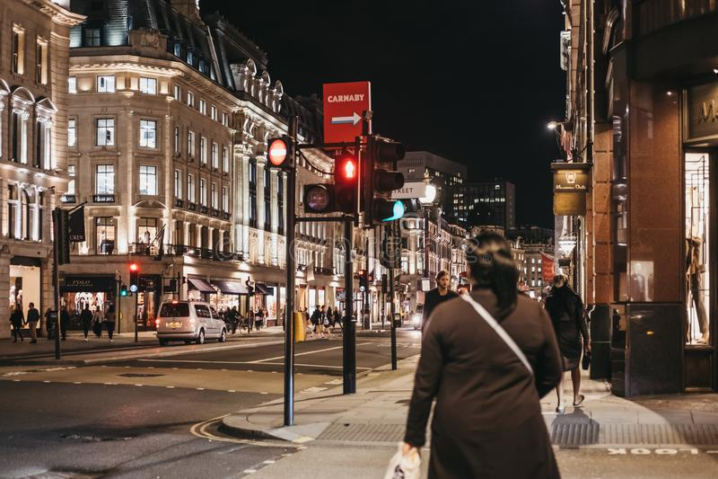 Люди идя за магазинами на правящей улице, Лондоне, Великобритании стоковые изображения rf