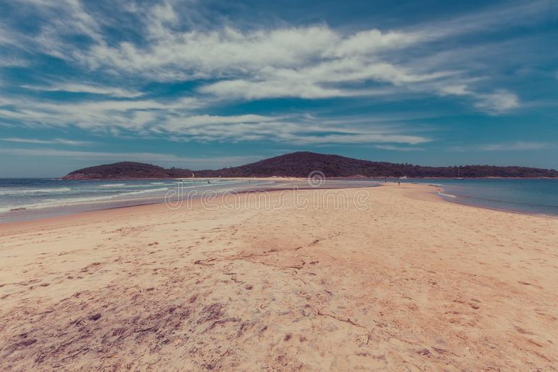 Люди идя на вертел песка Fingal около острова Fingal стоковое фото rf