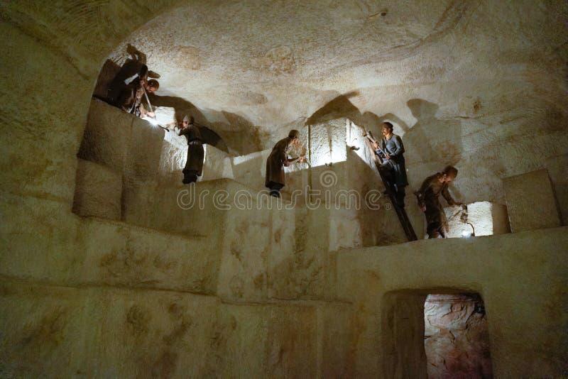 Люди минируя соль в пещере стоковое изображение