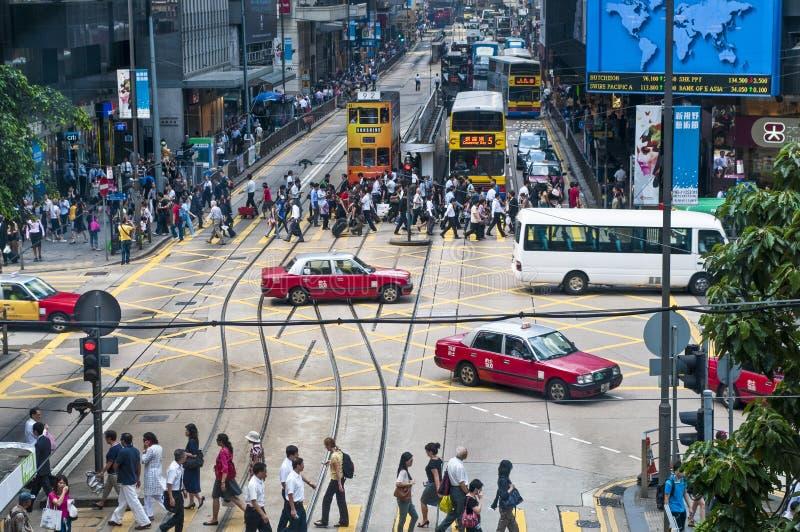 Люди пересекая дорогу, остров Гонконга, Китай стоковая фотография