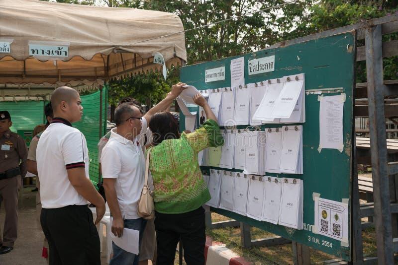 Люди проверяют списки выбранного перед предвыборным на Khonkaen, Таиланде стоковые фотографии rf