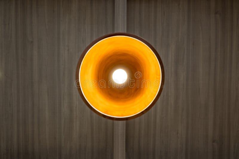 Люстра с теплым светом вися на деревянном потолке стоковая фотография