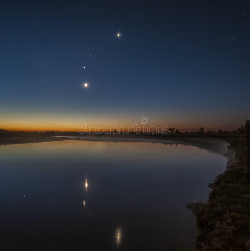 Луна, Венера, Марс, Юпитер и Меркурий над рекой Сожем стоковое фото