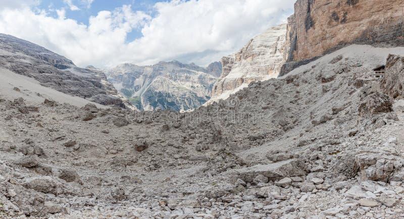 Лунная панорама валунов хижины горы Giussani во внушительном dolomitic сценарии стоковая фотография