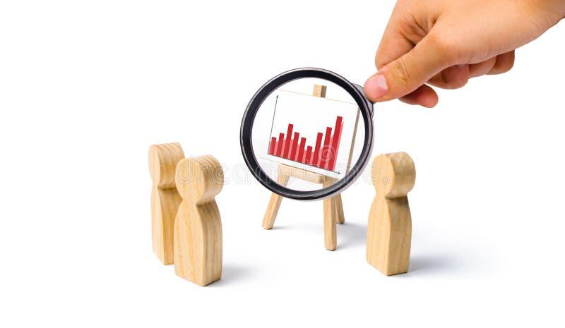 Лупа смотрит стойку с диаграммой sastatistics люди собрали для встречи и взгляда на речи  стоковая фотография