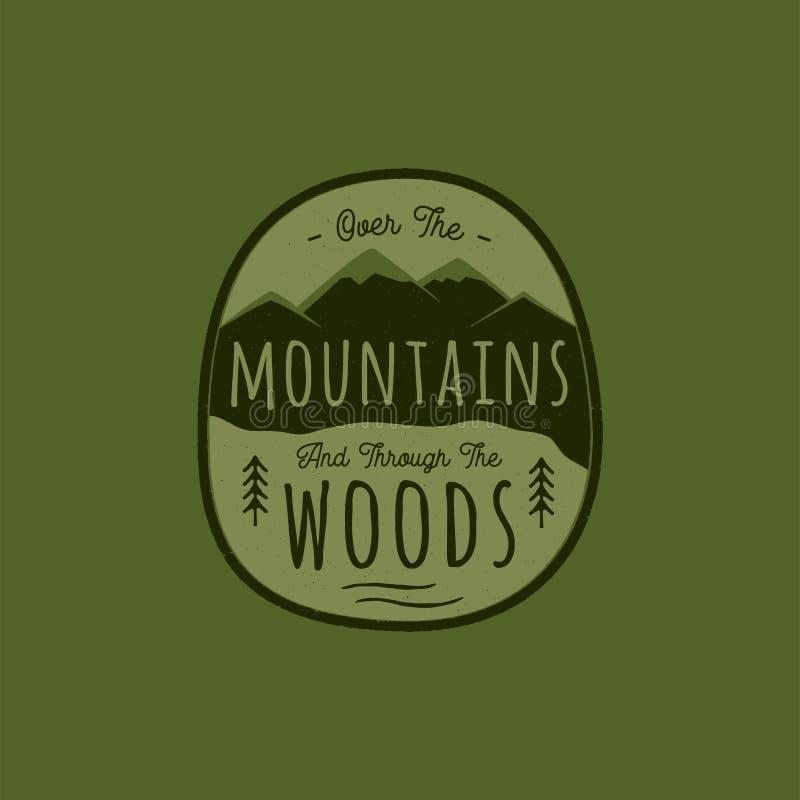 Логотип приключения руки вычерченный с горой, лесом сосен и цитатой - над горами и через древесины старо иллюстрация штока