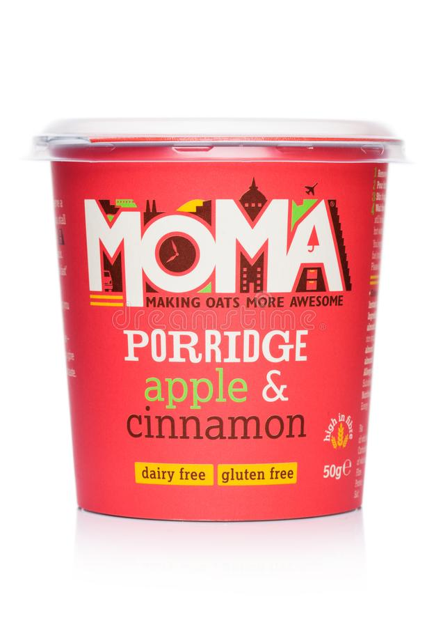 ЛОНДОН, ВЕЛИКОБРИТАНИЯ - 5-ОЕ МАРТА 2019: Чашка каши Moma с яблоком и циннамоном и клейковиной свободно на белом стоковые изображения rf