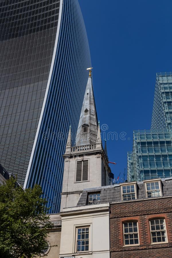 Лондон, Великобритания - 2-ое сентября 2018: Церковь Pattens St Margaret Англии и улицы 20 Fenchurch aka рация стоковая фотография