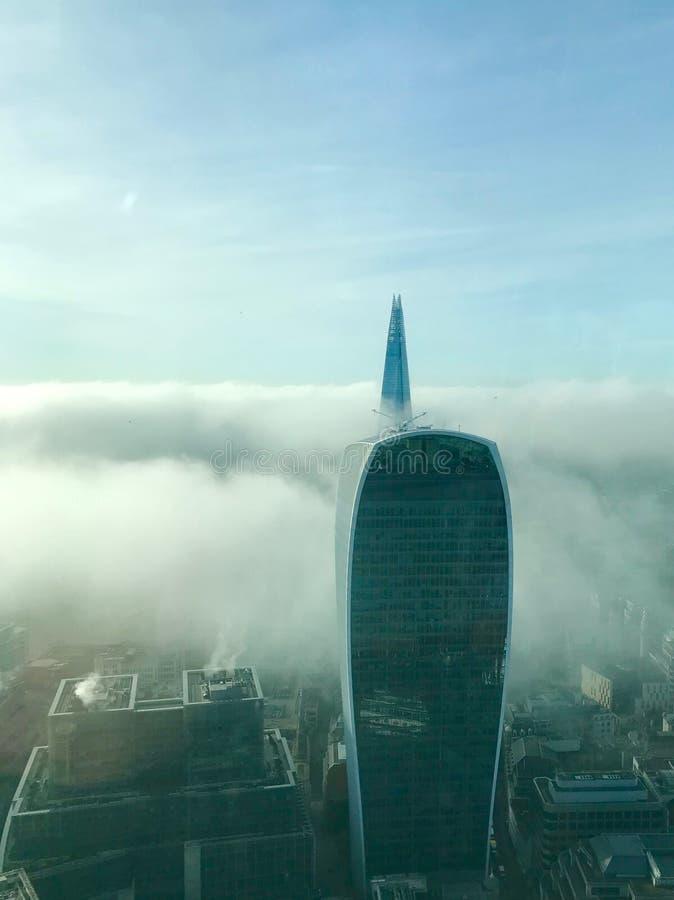 Лондон в тумане утра стоковое фото rf