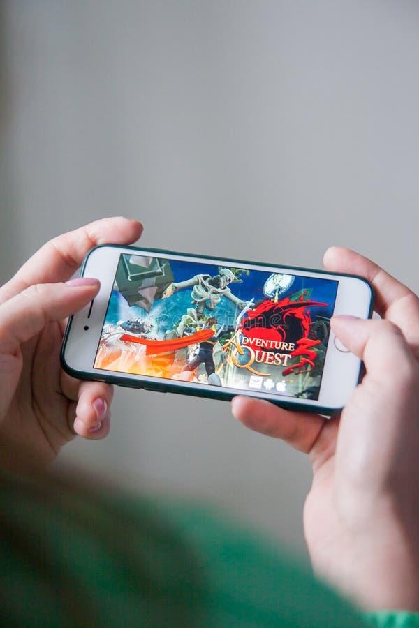 Лос-Анджелес, Калифорния, США - 25-ое февраля 2019: Руки держа смартфон с игрой поисков приключения на экране дисплея стоковая фотография