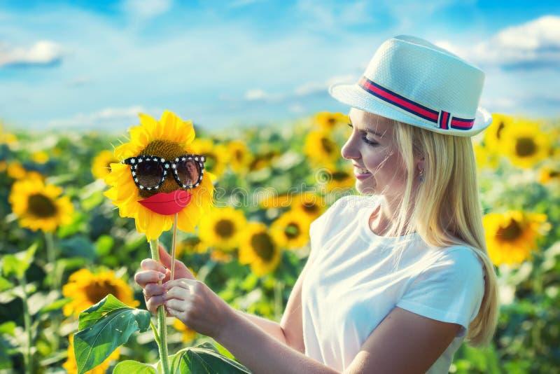 Маленькая девочка в поле с солнцецветами Счастливый летний день стоковая фотография