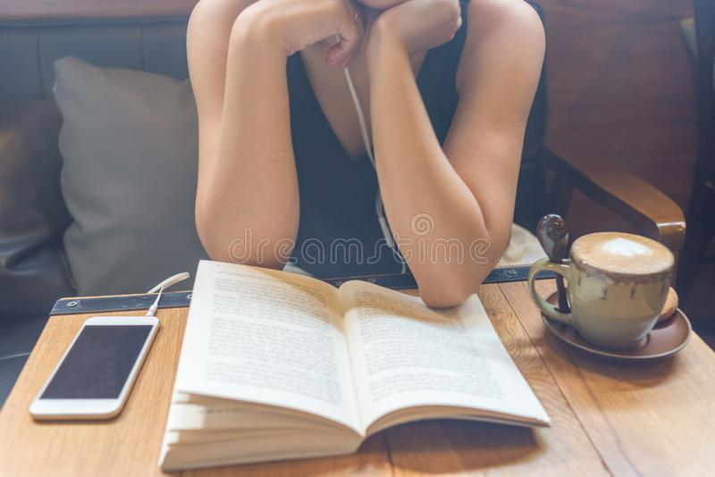 Маленькая девочка прочитала книгу и слушает к музыке стоковые фотографии rf