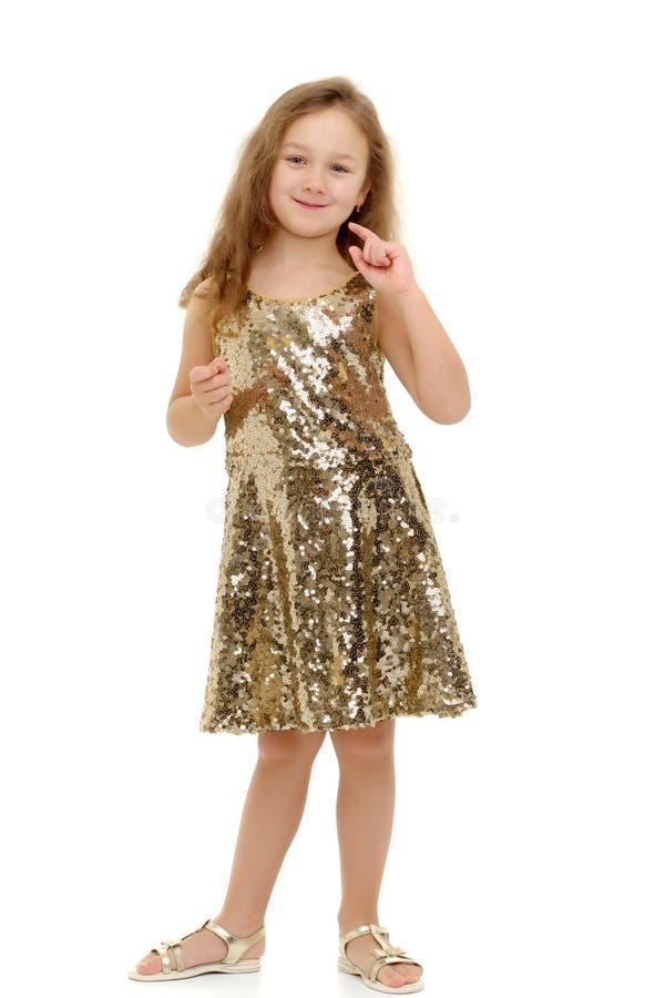 Маленькая девочка думает стоковое изображение rf