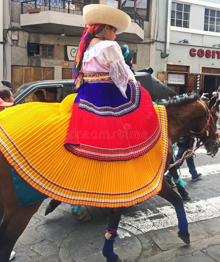 Маленькая девочка со шляпой едет лошадь в параде рождества в Cuenca эквадоре стоковая фотография rf
