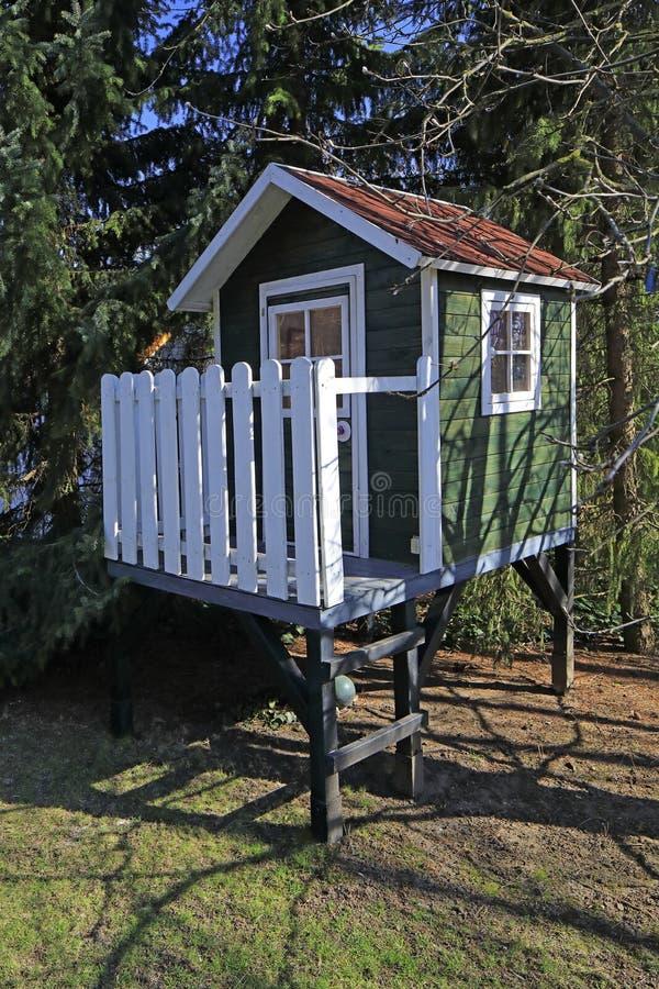 Маленький театр для детей между некоторыми деревьями стоковые изображения