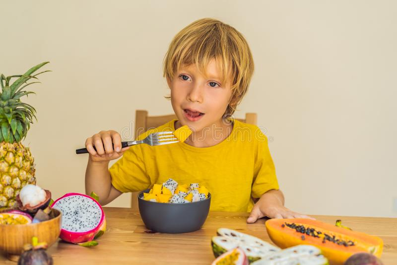 мальчик ест плодоовощ Здоровая еда для детей Ребенок есть здоровую закуску Вегетарианское питание для детей Витамины для стоковые фото