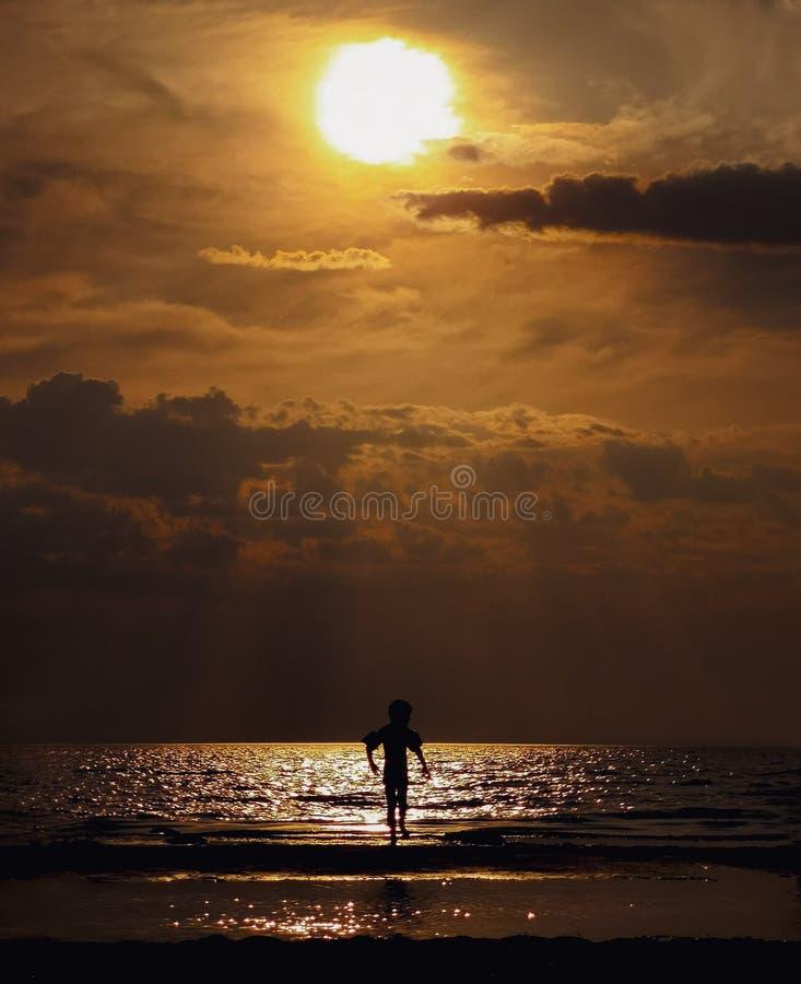 Мальчик на заходе солнца Область Gulf of Finland, Ленинград стоковые фото