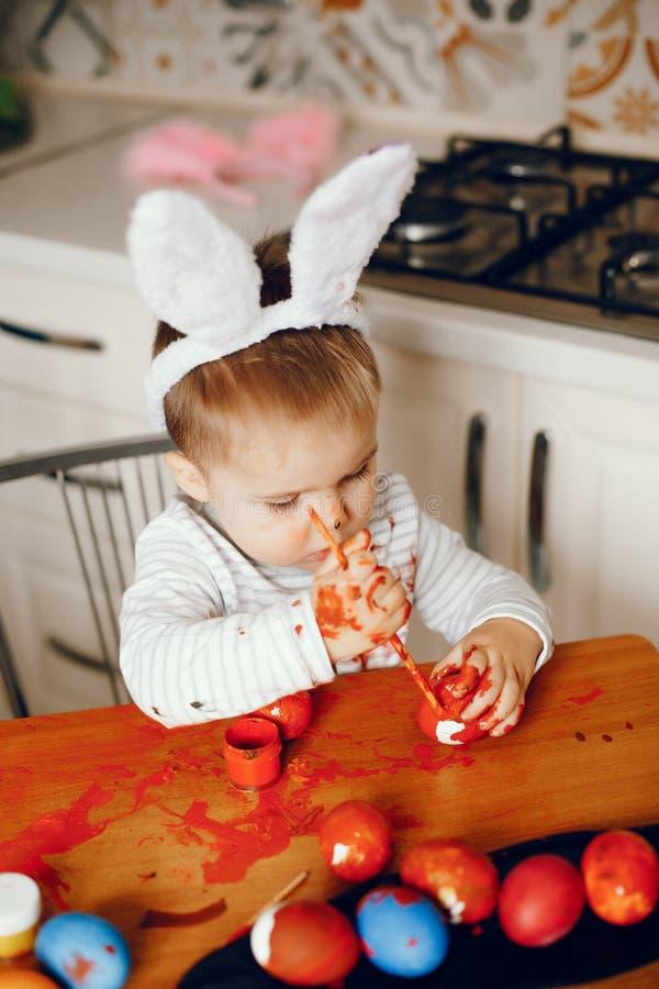 Мальчик сидя в кухне стоковые изображения