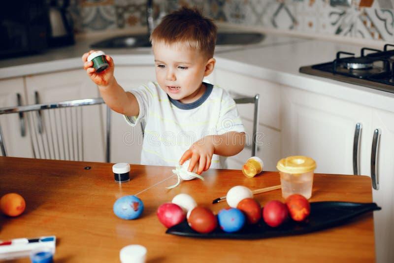 Мальчик сидя в кухне стоковое фото