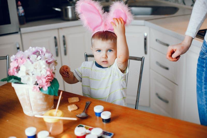 Мальчик сидя в кухне стоковые изображения rf