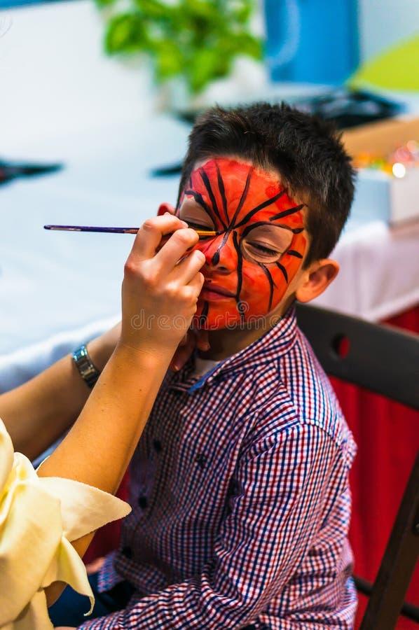 Мальчик с красной краской стоковое изображение rf