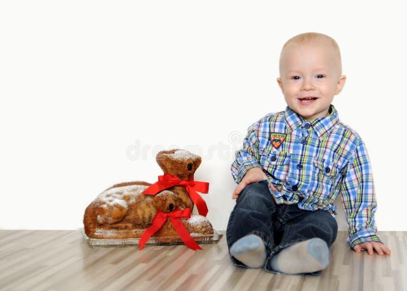 Мальчик с овечками пасхи стоковые изображения rf