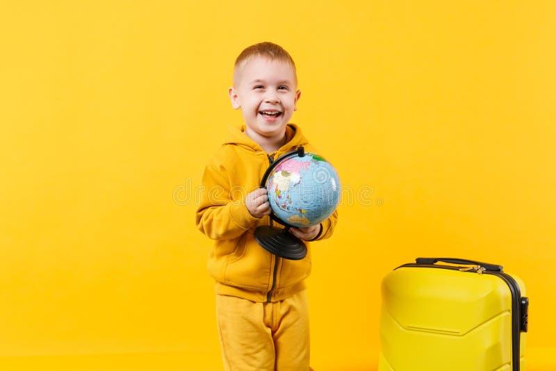 Мальчик ребенк маленького путешественника туристский 3-4 лет старой изолированной на желтой оранжевой студии предпосылки стены Пу стоковое фото
