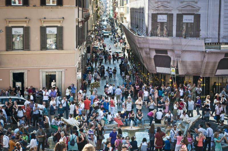 Массы людей вокруг della Barcaccia Фонтаны, Рима, Италии стоковые изображения