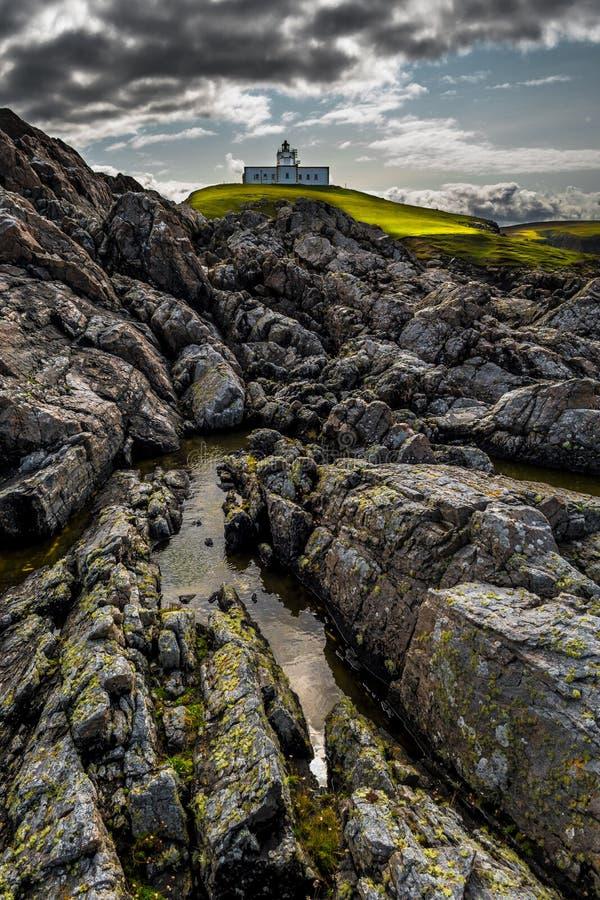 Маяк пункта Strathy поверх диких скал на Атлантика побережье около Thurso в Шотландии стоковые изображения rf