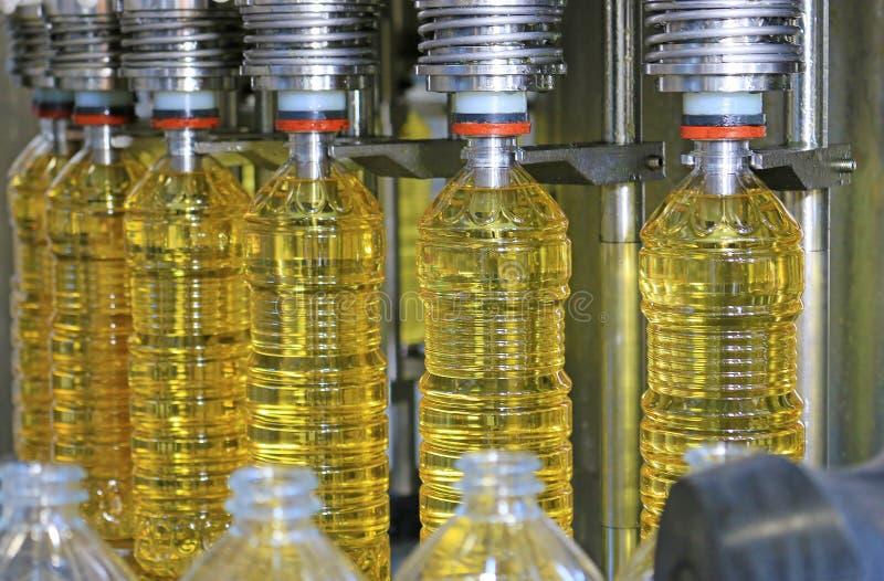 Машина завалки подсолнечного масла стоковая фотография rf