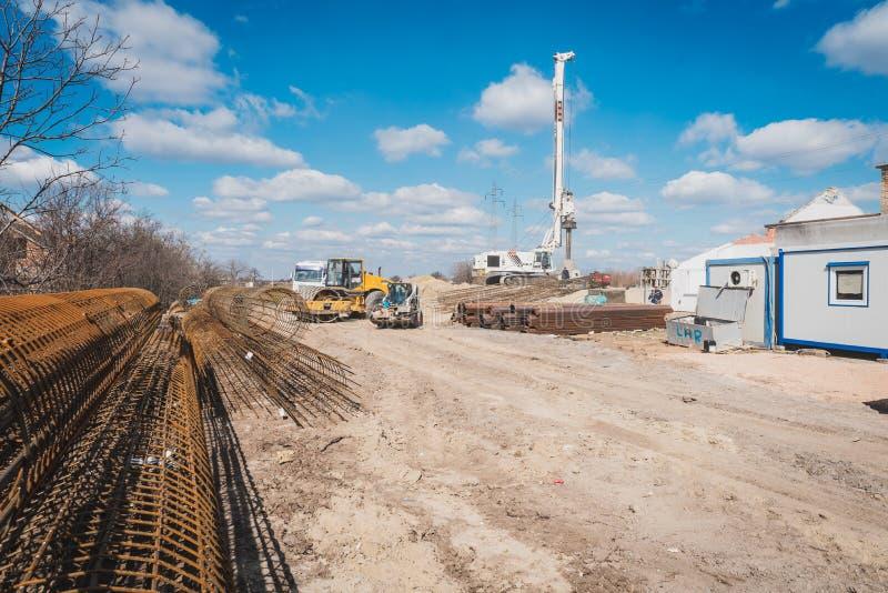 Машина кладет штендеры для нового моста стоковое фото rf